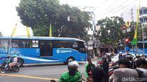 Diduga Terobos Lampu Merah, Ojol Tertabrak Bus TransJ di Mampang
