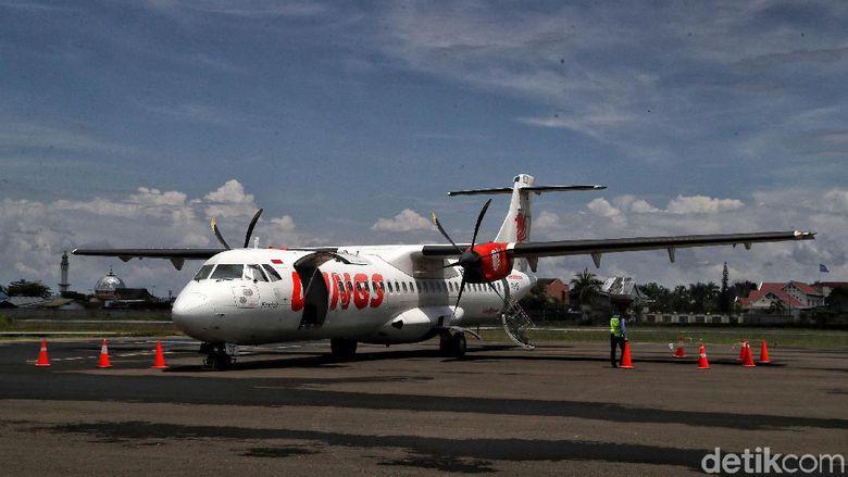 Sejumlah penumpang bersiap menaiki pesawat Wings Air di Bandara Udara Internasional Juwata Tarakan menuju Bandar Udara Nunukan Kalimantan Utara, Sabtu (5/10). Untuk mencapai pulau perbatasan Nunukan dari Tarakan ada dua jalan akses yaitu melalui Udara dan melalui laut. Untuk menuju Nunukan dari Tarakan dapat ditempuh sekitar 30 menit. Sedangkan perjalanan melalui jalur laut dapat ditempuh menjadi 2,5 jam via speed boat. tiket pesawat mencapai Rp. 300.000 dan tiket speedboat mencapai Rp. 200.000