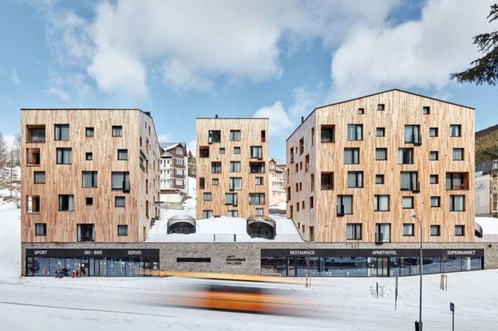 Para arsitek menciptakan Apart-hotel Svaty Vavrinec itu dengan bahan-bahan alami. BoysPlayNice/Inhabitat.