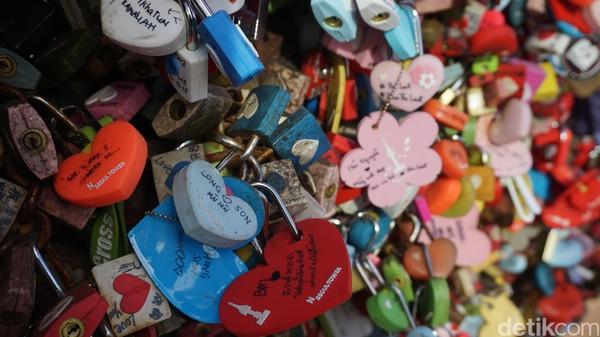 Gembok cinta di Namsan Tower selalu ramai oleh turis, berlomba-lomba menuliskan namanya dan nama pasangannya (Afif Farhan/detikcom)