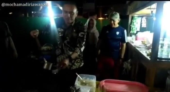 Iwan Bule saat menjabat sebagai Kapolda Jawa Barat menyempatkan untuk kulineran bandrek. Ia pun meraciknya sendiri. Foto: Instagram @mochammadiriawan84
