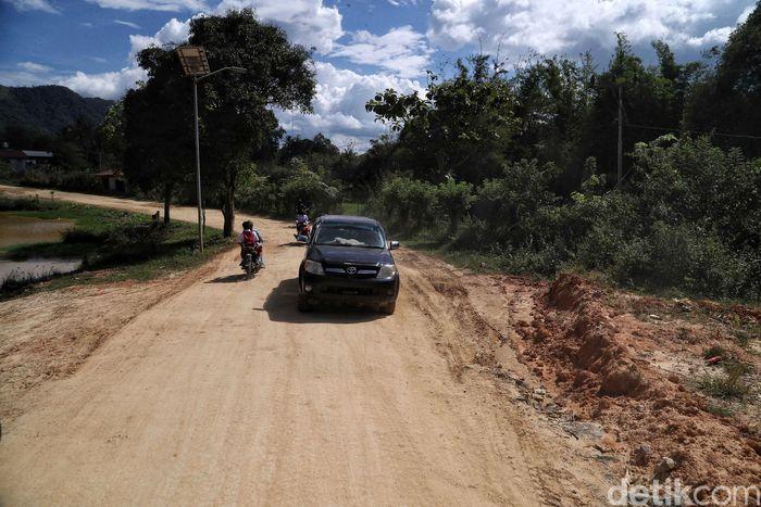 Seperti inilah jalan di pedesaan Krayan, Nunukan, daerah perbatasn Indonesia-Malaysia yang materialnya masih berupa tanah merah.