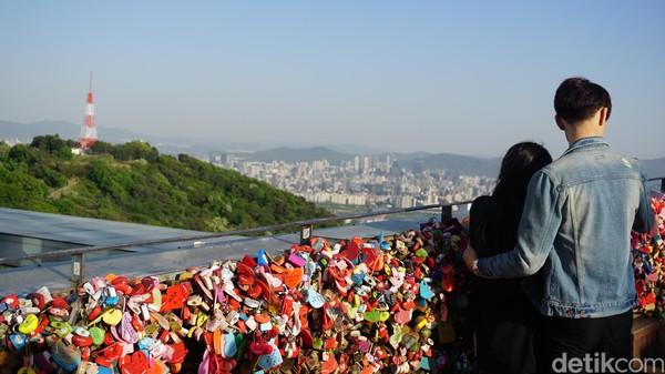 Turis harus merogoh kocek 15.000 Won atau setara Rp 180 ribu untuk membeli gembok cintanya. Namun kadang ada pula yang membawa gembok sendiri (Afif Farhan/detikcom)