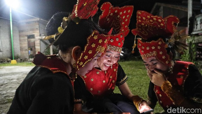 Warga dari Suku Dayak Tidung menarikan tarian tradisional di sanggar Busak Malay, Desa Sei Fatimah, Kabupaten Nunukan, Kalimantan Utara, Minggu (6/10). Berbeda dengan Suku Dayak Tidung lebih mengarah ke Melayu. Ini dapat dilihat dari corak musik dan gerak tari para penari sanggar. Tidung sendiri memiliki arti bukit atau tanah tinggi. Tidung sendiri memiliki  arti tanah tinggi atau bukit.