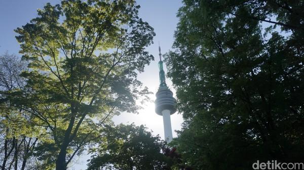 Namsan Tower adalah ikon Kota Seoul. Awalnya hanya menara pemancar untuk radio dan televisi sejak tahun 1969, lalu berubah fungsi jadi tempat wisata di tahun 1980 (Afif Farhan/detikcom)