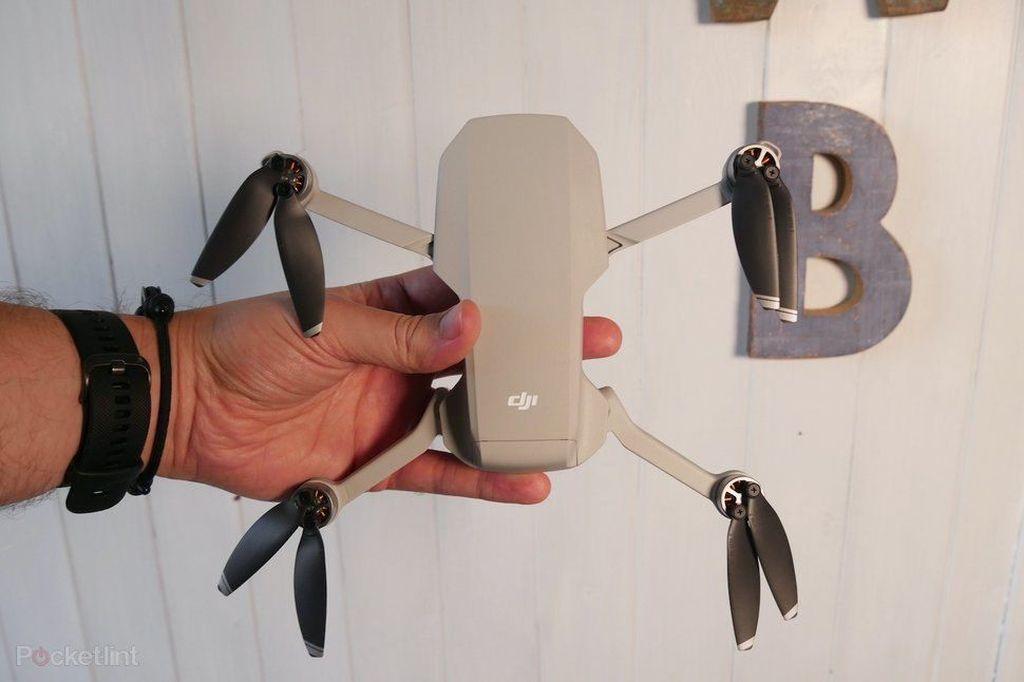 DJI Mavic Mini disebut sebagai drone terkecil dan paling murah dari DJI. Beratnya dengan baterai dan microSD terpasang hanya 249 gram. Foto: Pocket Lint