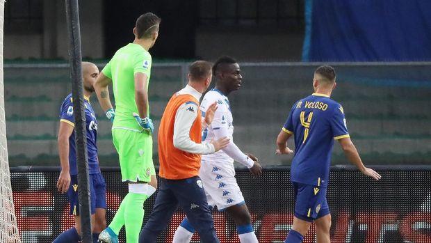 Mario Balotelli sempat berjalan tinggalkan lapangan usai menendang bola ke arah suporter. (