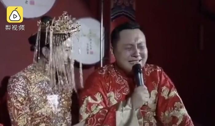 Pengantin pria menangis bahagia di hari pernikahan. Foto: Dok. Weibo