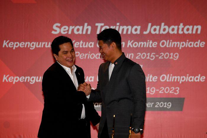 Menteri BUMN yang juga Ketua Umum Komite Olimpiade Indonesia (KOI) periode 2015-2019 Erick Thohir (kiri) berjabat tangan dengan Ketua Umum KOI periode 2019-2023 Raja Sapta Oktohari. ANTARA FOTO/Sigid Kurniawan.