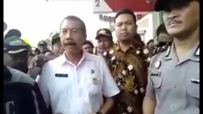 Viral video minimarket di Bekasi dipaksa kerja sama parkir dengan ormas. (screenshot video)