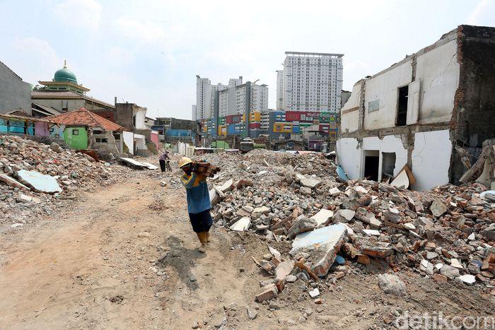 Seorang warga mengais puing-puing sisa bongkaran di kawasan Pasar Gembrong.