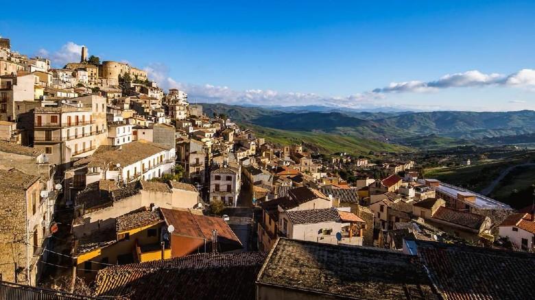 Kota Cammarata di Sisilia menawarkan rumah gratis. (Foto: iStock)
