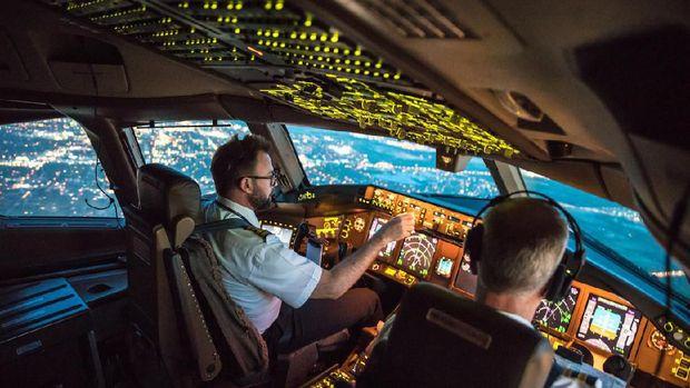 Aktifkan Ponsel dalam Pesawat, Bahaya Nggak Sih?