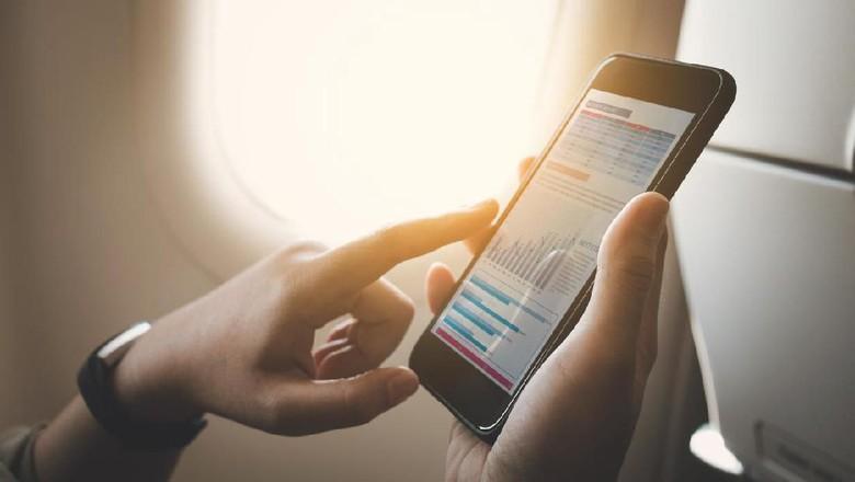 Aktifkan Ponsel dalam Pesawat, Bahaya Nggak Sih? (Foto: iStock)