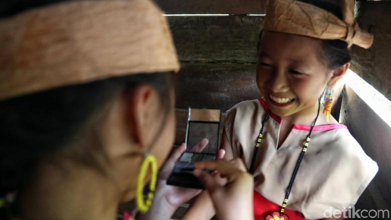 Sejumlah anak-anak tengah asyik menarikan tarian tradisional suku Dayak Lundayeh di perbatasan Indonesia. Seperti apa potretnya?