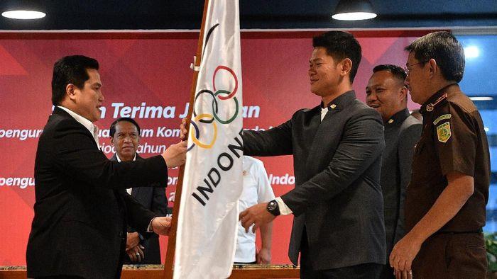 Raja Sapta Oktohari resmi menerima jabatan Ketum KOI dari Erick Thohir. (Foto: Antara Foto)