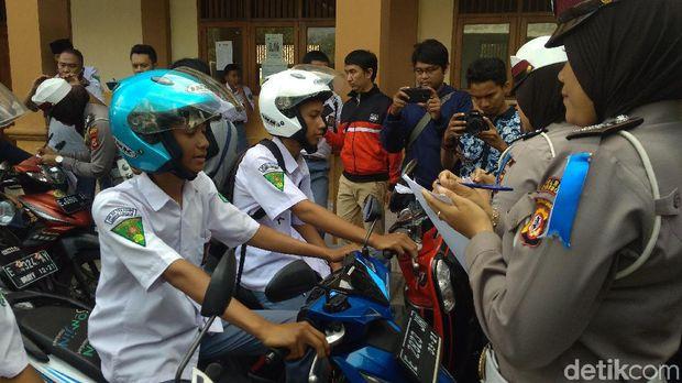 Polisi Cirebon 'Razia' Kendaraan Pelajar di Depan Gerbang Sekolah