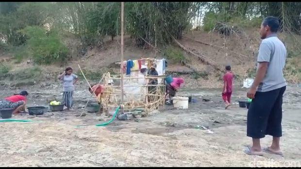 Krisis Air Bersih, Warga di Brebes Buat Sumur di Dasar Sungai Kering