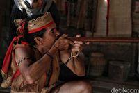 Eliyas memperagakan alat tembak Suku Dayak Lundayah (Pradita/detikcom)