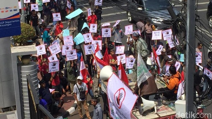 Demo Petani Tembakau di Depan Kementerian Keuangan