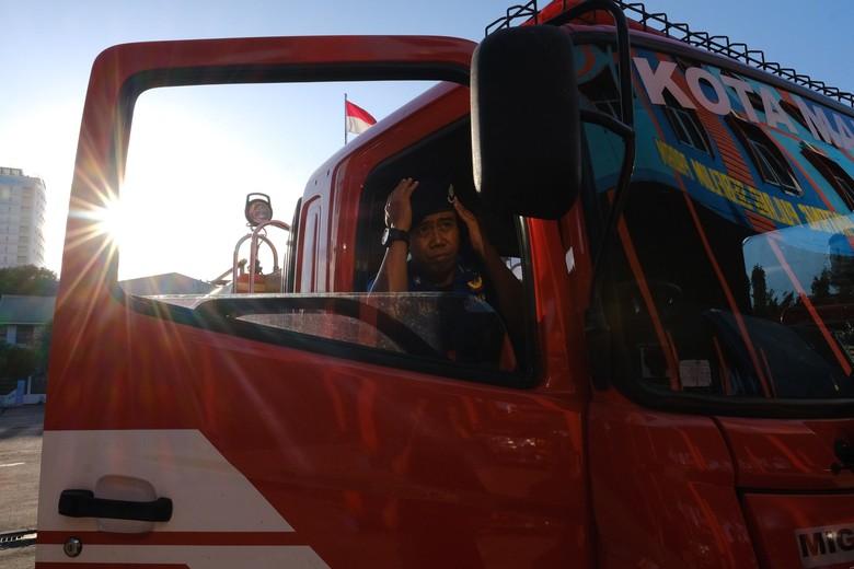 Kisah Pemadam Kebakaran di Makassar, Jadi Ojol demi Hidupi Dua Anak