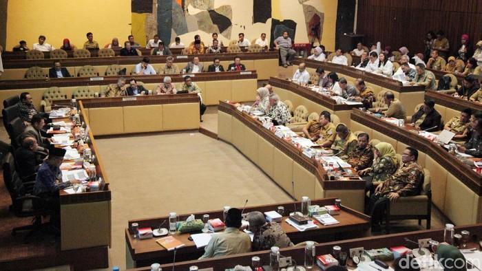 Komisi II DPR RI menggelar rapat dengar pendapat (RDP) soal PKPU bersama KPU, Bawaslu hingga Dirjen Otonomi Daerah Kementerian Dalam Negeri (Kemendagri).