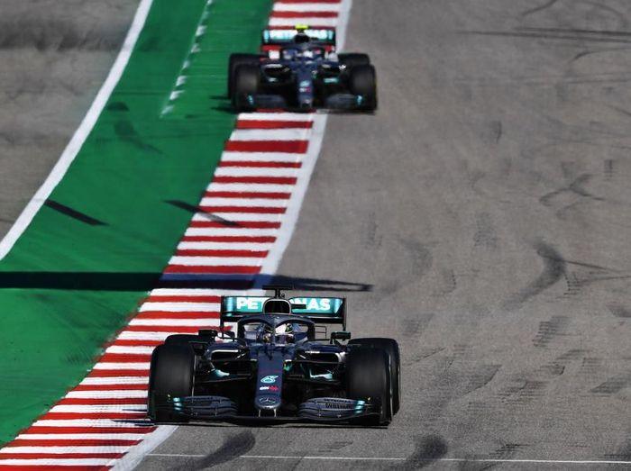 Lewis Hamilton (bawah) mengunci gelar juara dunia Formula 1 2019 di GP Amerika Serikat. (Foto: Clive Mason/Getty Images)