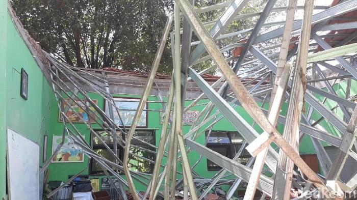 Atap gedung SDN Gentong di Pasuruan ambruk. (Muhajir Arifin/detikcom)
