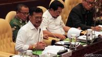 Mentan Syahrul Yasin Limpo mendengarkan pemaparan dari anggota Komisi IV DPR yang hadir dalam rapat kerja tersebut.