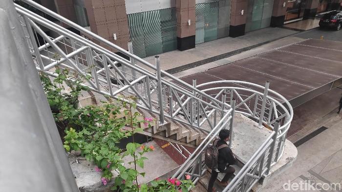 Foto: JPO tanpa atap di Sudirman (Matius Alfons/detikcom)