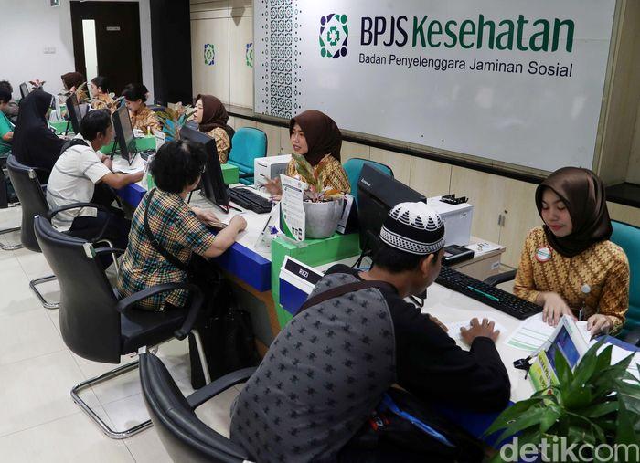 Sejumlah warga melakukan pendaftaran serta perubahan kelas di kantor BPJS Matraman, Jakarta Timur, Selasa (5/11/2019).