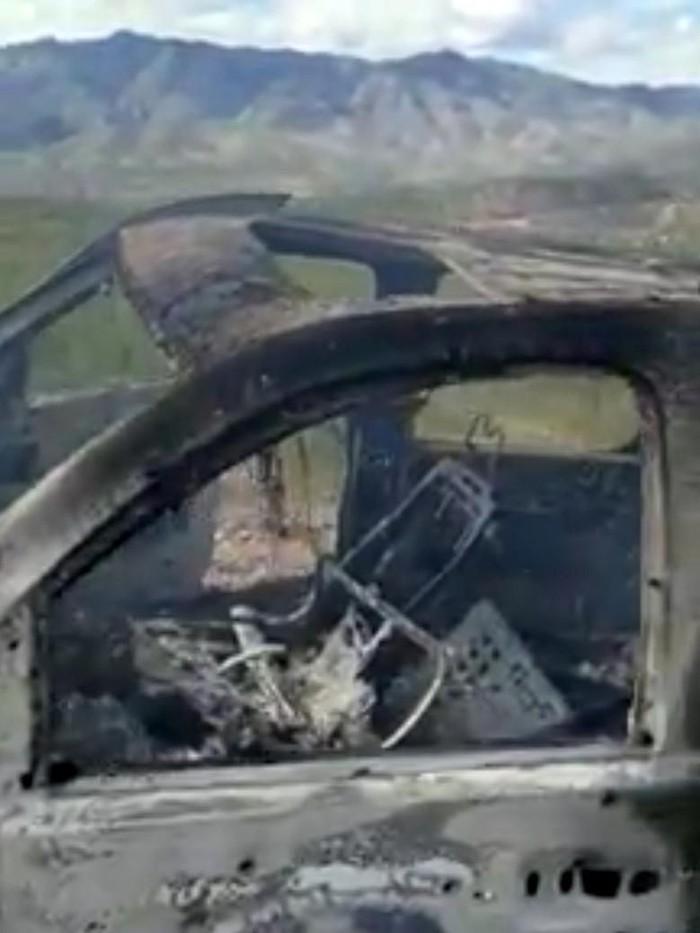 Salah satu kendaraan korban hangus terbakar dengan bekas lubang peluru di bagian samping (KENNETH MILLER/LAFE LANGFORD JR/via REUTERS)