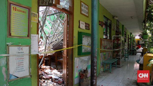 Atap SD Negeri Gentong, Pasuruan, ambruk dan menewaskan sejumlah siswa, Selasa (5/11).