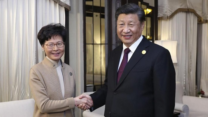 Presiden China Xi Jinping bersalaman dengan pemimpin Hong Kong Carrie Lam dalam pertemuan di Shanghai (Ju Peng/Xinhua via AP)