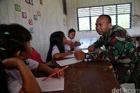 TNI mengajar di SD Krayan (Pradita/detikcom)