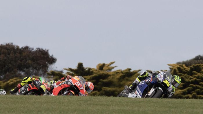 PHILLIP ISLAND, AUSTRALIA - OCTOBER 27: Cal Crutchlow of Great Britain and LCR Honda leads the field during the 2019 MotoGP of Australia at Phillip Island Grand Prix Circuit on October 27, 2019 in Phillip Island, Australia. (Photo by Mirco Lazzari gp/Getty Images)