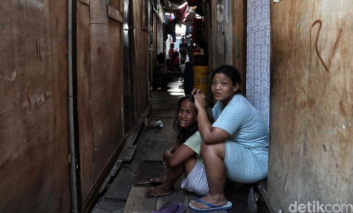 Sejumlah warga beraktivitas di kawasan Kampung Muka, Ancol, Jakarta Utara, Selasa (5/11).