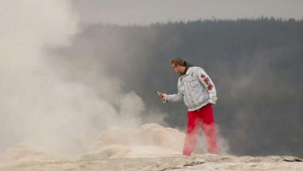 Bahaya! Turis Ini Menantang Maut di Dekat Geyser Mendidih