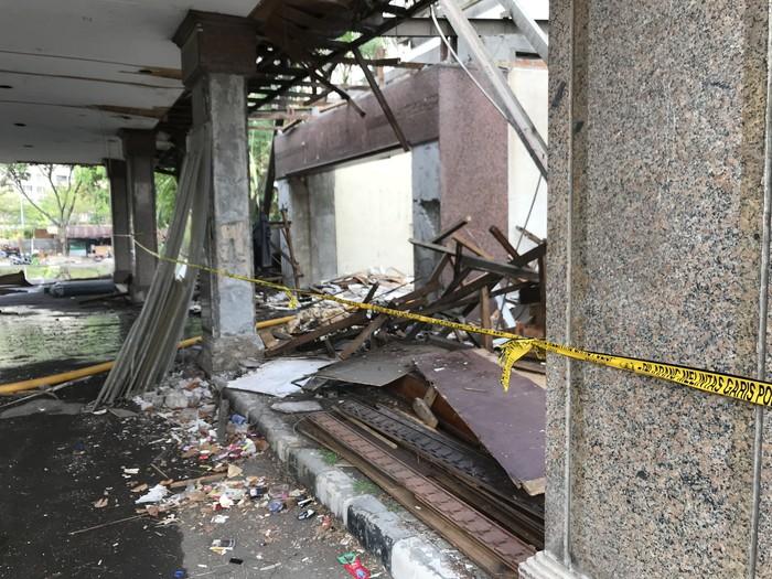 Foto: Garis polisi dipasang di lokasi kebakaran gedung Hailai (Rolando/detikcom)