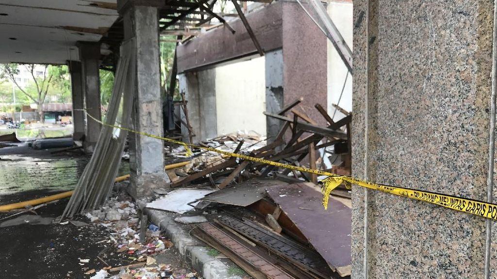 Lokasi Kebakaran Gedung Hailai Dipasangi Garis Polisi