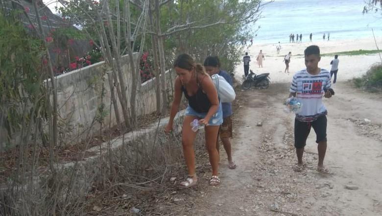 Bule memungut sampah di pantai Sumba(Foto: Servulus Bobo Riti/Istimewa)