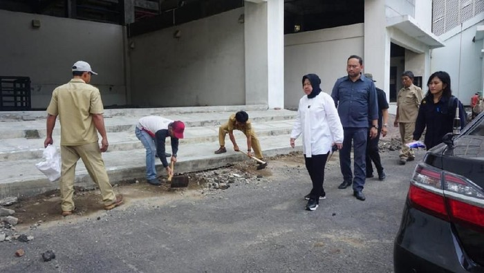 Risma melakukan sidak di Stadion GBT (Foto: dok. Istimewa)