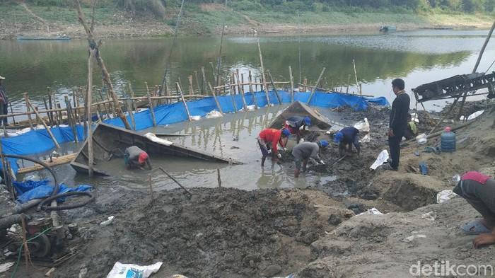 Ekskavasi perahu baja di Bengawan Solo/Foto: Eko Sudjarwo