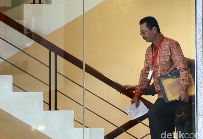 Eks Bos Petral, Bambang Irianto, melangkah di gedung KPK. (Ari Saputra/detikcom)