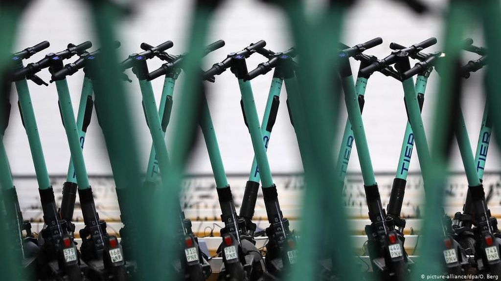 Kendarai Skuter Listrik di Trotoar Singapura, Siap-siap Dipenjara!