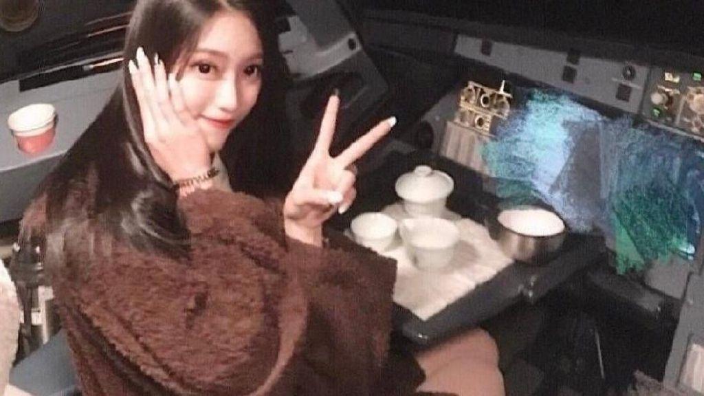Viral Foto Wanita Cantik di Kokpit Pesawat, Pilot Dihukum Dilarang Terbang