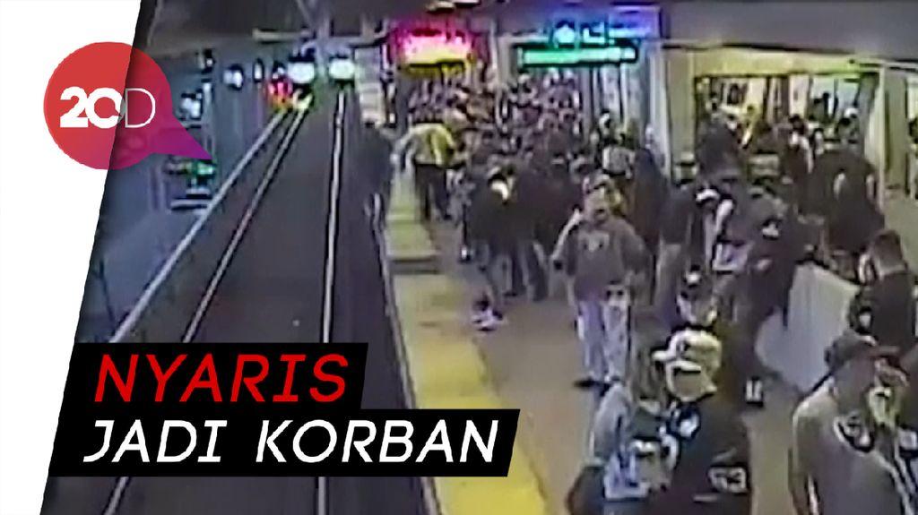 Dramatis! Penyelamatan Pria Hampir Ditabrak Kereta