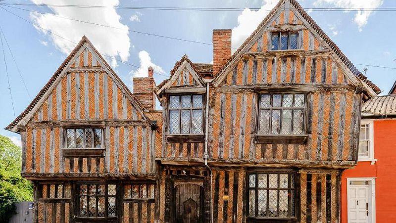 Traveler dapat menginap di De rumah masa kecil Harry Potter. Rumah berdesain unik ini disewakan untuk umum (Airbnb)