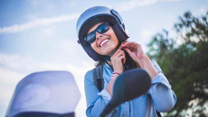 Ilustrasi wanita naik motor. Foto: iStock