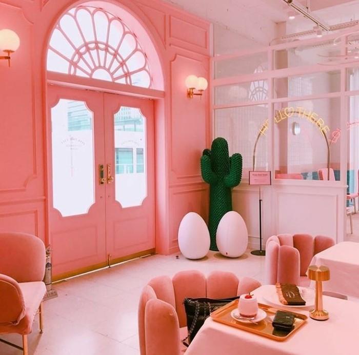 Foto: Instagram @pinkpoolcafe1. Kafe ini sangat populer karena merupakan bagian dari butik Style Nanda, memiliki konsep dengan tema area kolam renang kafe lucu ini sangat cantik dan instagenik dengan dominan warna baby pink.